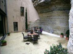 La cour intérieure de cette ancienne poste du Lubéron profite d'une fraîcheur naturelle... et précieuse durant les mois d'été ! Idéale pour les déjeuners à l'ombre, elle est aménagée de petites tables de style exotique. Osier, fer forgé et lampes marocaines atténuent l'aspect brut de la roche et distillent une atmosphère raffinée
