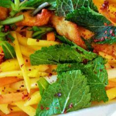 Mango Salat mit nur 250 Kalorien. Dieser Mango Salat ist hervorragend, wenn es schnell gehen muss und dabei super leicht.