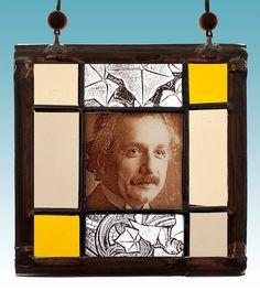 Einstein stained glass suncatcher. Available at the Etsy Shop of Stained Glass Elements. Einstein, Einstein glas in lood, Einstein gebrandschilderd glas, glas in lood, brandschilderen, Einstein portret, Valentijnsdag, cadeau idee...