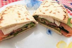 Una piadina con salmone affumicato, zucchine grigliate e mozzarella si prepara in pochissimi minuti e sarà perfetta per un pranzo veloce, anche fuori casa. Ecco la ricetta