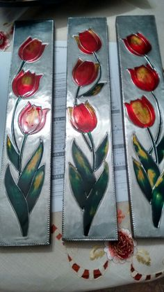 Tulipanes repujados con falso vital Tin Foil Art, Aluminum Foil Art, Aluminum Can Crafts, Tin Art, Metal Crafts, Stained Glass Flowers, Stained Glass Art, Bottle Top Art, Hot Glue Art
