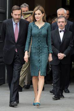 3b62139d1 Queen Letizia - Carolina Herrera. grey cashmere skirt suit - Hugo Boss  briefcase - Prada pumps | Outfit in 2019 | Fashion, Fashion outfits und Skirt  suit