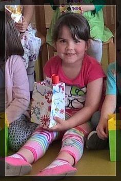 Tag 132 - 12.5.2015 L wie Leonita mit ihrem Geschenk für Mama und Papa