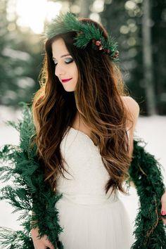 Gorgeous look for a Winter Bride! - Ashley Rae Photography http://www.confettidaydreams.com/breathtaking-winter-bride-ideas/