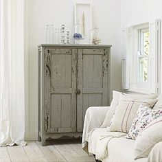 love the white against the muted colour of this cabinet Lekkert