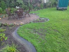 Rasenkanten / Mähkanten anlegen leicht gemacht Vorwort: Wer sich in seinem Garten Pflanzbeete oder Rabatten mit Rasenkantensteinen anlegen möchte sollte in erster Linie darauf achten das er den Bog…