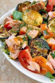 Maaltijdsalade met zalm en honing-mosterd dressing 3 Fish Recipes, Seafood Recipes, Salad Recipes, Healthy Recipes, Clean Eating, Healthy Eating, I Love Food, Good Food, Soup And Salad