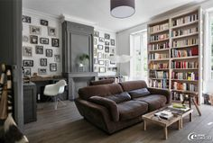 All my favs in one room! Lots of books, work station, comfy leather couch & collage wall! Home Living Room, Living Room Decor, White Bookshelves, My Ideal Home, Home Libraries, Interior Decorating, Interior Design, Loft Design, Guest Bedrooms