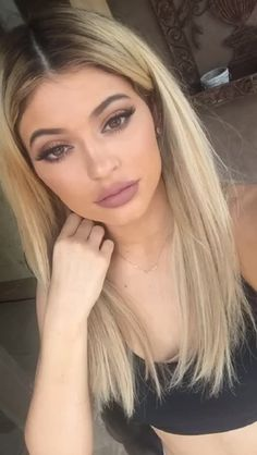 Kylie Jenner has definitely set one hell of a trend. Although I'm not one to believe that lip liner is what resulted in her plumped … Estilo Kylie Jenner, Kyle Jenner, Kylie Jenner Outfits, Kendall And Kylie Jenner, Kardashian Jenner, Kylie Jenner Hair Blonde, Vintage Hairstyles, Messy Hairstyles, Pretty Hairstyles