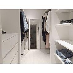 女性で、Otherの衣類収納/ウォークインクローゼット/WIC/IG▶︎▶︎monochrome001/新築一戸建て…などについてのインテリア実例を紹介。「写真うまく撮れない、、、鏡に写ってしまったパジャマ姿はスルーしてください(笑)」(この写真は 2016-08-16 23:54:31 に共有されました) Room Closet, Walk In Closet, Closet Designs, Bedroom Storage, Closet Organization, My Room, Room Interior, Diy Home Decor, Sweet Home