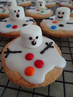 11 fun ideas for Christmas cooking with kids Keeping the kids entertained on the school holidays can be tough. Here's 11 fun ideas for Christmas cooking with kids that won't add to the chaos! Christmas Party Food, Xmas Food, Christmas Sweets, Christmas Cooking, Christmas Goodies, Holiday Desserts, Holiday Baking, Holiday Treats, Holiday Recipes