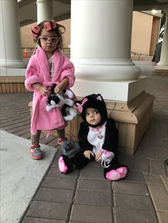 Crazy cat lady toddler Halloween costume and her baby sister as a kitten, sibling Halloween costumes, toddler Halloween costume, ages 2 and 10 months, kids Halloween costume ideas Baby Girl Halloween, Halloween Costumes For Sisters, Sister Costumes, Sibling Costume, Couple Halloween, Halloween Kids, Halloween Tricks, Halloween 2020, Modern Halloween