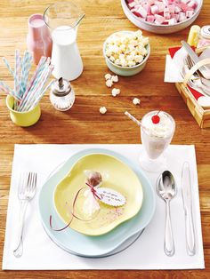 Ein Holztisch, Naschereien, Tischsets – mit dieser Tischdeko fühlen Sie sich wie im legendären American Diner aus der Komödie Harry und