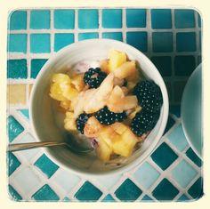 Sommerfrühstück Fruit Salad, Oatmeal, Breakfast, Food, Summer, The Oatmeal, Morning Coffee, Fruit Salads, Rolled Oats
