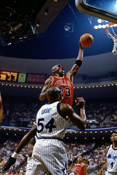Michael Jordan Dunks Chicago Bulls Orlando Magic Horace Grant Anfernee Hardaway B. Armstrong he loves jordan Michael Jordan Basketball, Mike Jordan, Jordan Bulls, Nba Players, Basketball Players, Charlotte Hornets, Horace Grant, Jeffrey Jordan, Basketball Photography
