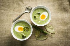 Suppen med brokkoli er delikat grønn på farge og rik på smak. Ekstra mettende blir suppen med et halvt hardkokt egg i hver tallerken.