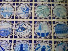 Delfts Blauwe tegeltjes tekenen met alleen blauwe stiften en potloden.  Als je ze 12x12 maakt passen ze in een cd doosje die aan de muur ee...