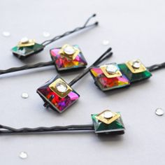 Make these glitzy emerald gemstone hairpins in a jiffy - check it out for the full tutorial!