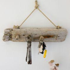Mit frischen Ideen startet der Frühling und einem Schlüsselbrett. An einem Seil hängt ein am Strand angespültes Treibholzbrett (B/H ca. 44cm x 10cm). An ausgewählten und angebrachten Treibholzenden…