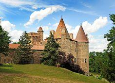 Le château de Lespinasse Le château de Lespinasse est situé à Saint-Beauzire, près de Brioude (Haute-Loire). Une forteresse édifiée au XIIe siècle, construite à l'emplacement d'une villa gallo-romaine dénommée Spinatia signifiant les pins et qui a donné son nom au château.  http://www.auvergne.fr/article/chateau-lespinasse