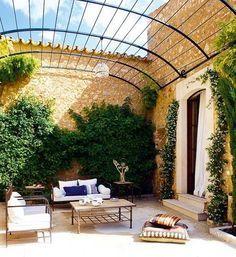 Abre tus puertas y vive el buen tiempo sacando el máximo partido al porche, la terraza o el jardín. Practica el outing con nuestras ideas y las mejores propuestas de mobiliario.