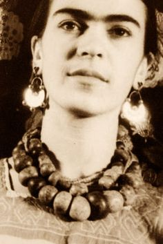 Frida Kahlo An acclaimed Mexican artist. Married to artist Diego Rivera. I am enamored by her work, and her resolve to meet the challenges in her life. Frida E Diego, Diego Rivera Frida Kahlo, Frida Art, Frida Kahlo Artwork, Natalie Clifford Barney, Mexican Artists, Married Woman, Portraits, Mail Art
