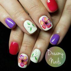 Uñas florales rojo y violeta