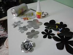 Soda can flowers - outdoor sculpture for the patio - make them in black Tin Can Art, Soda Can Art, Tin Art, Metal Art Projects, Metal Crafts, Recycled Crafts, Soda Can Crafts, Diy And Crafts, Aluminum Foil Crafts