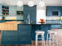 Kék konyha, nagy szigettel - konyha / étkező ötlet, modern stílusban