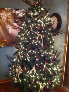 country christmas tree But with much smaller deer antlers. Time to change up my tree Antler Christmas Tree, Country Christmas Trees, Cabin Christmas, Woodland Christmas, Christmas Tree Themes, Noel Christmas, Rustic Christmas, Winter Christmas, Christmas Ornaments