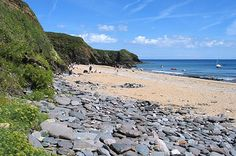 Porthbeor Beach nestles in a quiet, secluded spot on Cornwall's Roseland Peninsula, near the hamlet of Bohortha. It is a south east-facing sand and shingle beach, which at low tide reveals rock pools. Roseland Peninsula, Places In Cornwall, Cornwall Cottages, Dog Friendly Holidays, Wooden Steps, Rock Pools, St Ives, Cliff, Dog Friends