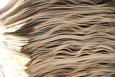 TEHDÄÄN HYVIN | HANDMADE QUALITY Työvaihe: Muotopuristeen valmistus | Craft: Plywood raw material #pohjanmaan #pohjanmaankaluste #käsintehty