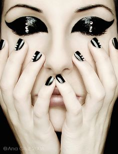 Haven't really been a fan of the glossy eyes...but this look is a good inspiration for those nails for sure!