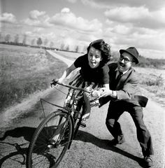 Big Fun- Robert Doisneau was a French photographer. In the he used a Leica on the streets of Paris; together with Henri Cartier-Bresson he was a pioneer of photojournalism Robert Doisneau, Black White Photos, Black And White Photography, Great Photos, Old Photos, Famous Photos, Street Photography, Art Photography, Paulette Magazine