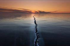 Lorsqu'il est gelé, le lac Baïkal devient le théâtre d'un spectacle naturel d'une rare beauté