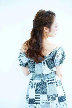 前髪を左右でわけて、サイドをさらに上下でわけて三つ編みを二束つくり網目を連ねて美しく見せています。おでこを潔く出すことで大人っぽいハーフアップを実現。