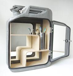 Armoire pour nécessaires de toilette, couleur Missile Grey, par Danish Fuel, spécialisé dans la transformation de jerricans de la seconde guerre mondiale