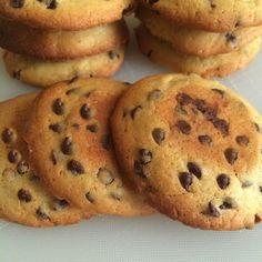Cookies con zucchero di canna e gocce di cioccolato il classico biscotto americano croccante e morbido allo stesso tempo ideale per la prima colazione