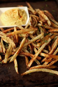 Perfect my Fry Game. How-to Make Perfect {Baked} French Fries // Tasty Yummies Tostadas, Oven Baked French Fries, French Fries Recipe, Homemade French Fries, Perfect French Fries, Vegan Recipes, Cooking Recipes, Skillet Recipes, Pizza Recipes