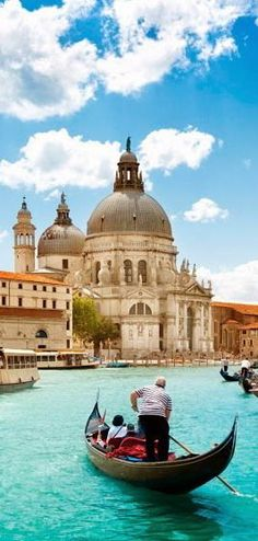 Gran Canal de Venecia y la Basílica Nuestra Señora de la Salid. El Gran Canal tiene casi 4 km de longitud; se desliza desde la punta noroeste de Venecia, donde están los accesos a tierra firme, hasta la dársena de San Marcos (en la Plaza San Marcos) en el mar Adriático.
