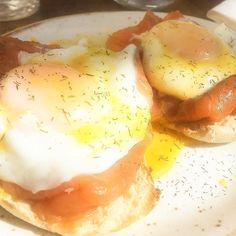 #huevosbenedict en un perfecto #brunch de #domingo #sunnyday #buenascostumbres #gastronomia #dondecomer #Madrid #foodie #restaurante by cgalafate