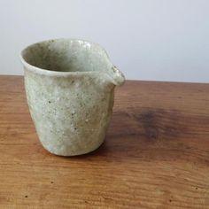 常滑の陶芸家、鶴見宗次さんの片口です。ちょうど良い大きさで、表情豊かな片口です。