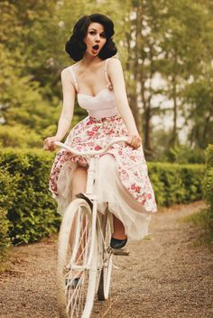 Love everything about this picture! Gorgeous Vintage Hair and Makeup, and this floral skirt is to die for :: New Favorite! :: Vintage Lifestyle:: Pin Up :: Vintage Fashion:: Retro Style Pin Up Vintage, Pin Up Retro, Look Retro, Vintage Mode, Vintage Girls, Vintage Beauty, Vintage Style, Retro Vintage, Vintage Glamour
