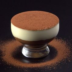 What comes to mind when we think of coffee with cream is that little white foam that the waiter brings to make the coffee less strong. However, this recipe is much more than that. Coffe Recipes, Dessert Recipes, Tasty Videos, Food Videos, Toblerone Mousse, Brownie Recipe Video, Delicious Desserts, Yummy Food, Diy Food