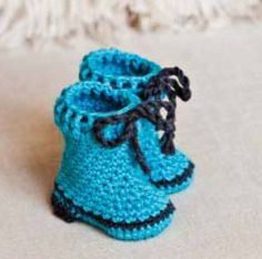 Ravelry: Snow Boots pattern by Mon Petit Violon Crochet Slipper Boots, Crochet Baby Boots, Crochet Slippers, Cute Crochet, Crochet For Kids, Crochet Clothes, Crochet Lace, Baby Patterns, Crochet Patterns
