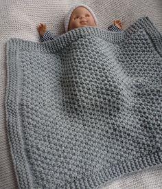 Couverture bébé fait main pour les promenades en poussette ou landau ; tricotée en maille très épaisse, gris clair. : Puériculture par babola