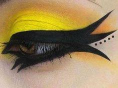 Maquillaje de pájaro: nos encanta el efecto dramático de este maquillaje. Necesitarás delineador negro de larga duración y una sombra amarilla en crema.