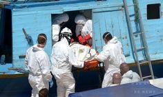 マルタ・バレッタ(Valletta)港で、難民船内から遺体を運び出す当局職員ら(2014年7月20日撮影)。(c)AFP/MATTHEW MIRABELLI ▼23Jul2014AFP|難民船内で140人虐殺か、男5人を拘束 イタリア http://www.afpbb.com/articles/-/3021242