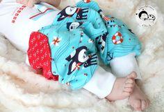 Näht euren Kleinen eine Pumphose zur Geburt! Mit diesem Freebook und der Nähanleitung kann nichts mehr schiefgehen! Die Newborn-Größe (Gr. 50-62) gibt es hier umsonst!