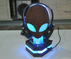 10 Super Creative DIY Headphone Stand Ideas (Some are from Recycled Materials) Gaming Desk Setup, Computer Gaming Room, Pc Setup, Gaming Stand, Diy Headphone Stand, Headphone Holder, Headset Holder, Luminaria Diy, Deco Cool